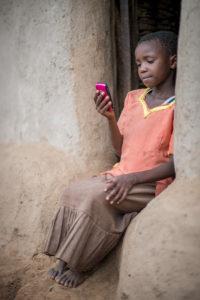 Leserin mit Smartphone. Copyright: www.worldreader.org